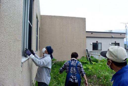 窓掃除と網戸入れを行いました